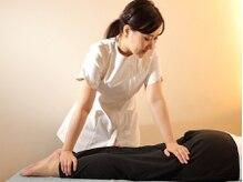 シロイロ(shiroiro)の雰囲気(施術の様子:骨盤の歪みを整え、足のむくみ、だるさを解消します)