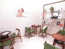フォルチェ(Folche)の雰囲気(清潔感のある白を基調とし、カフェをイメージした店内♪)