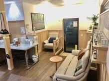 うるうカイロプラクティック院の雰囲気(待合室はミネラルウォーターとお茶をご用意しております。)