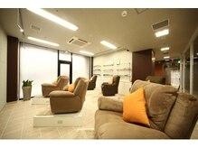 お席は全席リクライニングソファをご用意。周囲が気にならないゆったり広々とした空間。