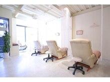 白を基調とした、明るい光の差し込むキレイな店内。個室も完備