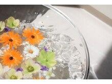 ポーラ ザ ビューティ 福井米松店(POLA THE BEAUTY)の雰囲気(季節のお花をあしらえたフットバスでおもてなしいたします。)