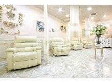 シャンティー ヒラギシ(Shanti hiragishi)の雰囲気(白が基調の空間でゆったりリラックスしながら施術が受けられます)