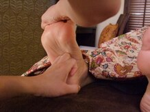 ナチュラルビー(natural B)の雰囲気(足裏にある反射区を痛気持ちいい力で手の関節を使って刺激します)