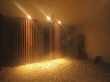 ルフロ 鎌倉店の雰囲気(ルフロ室内は十数種類の玉砂利が敷き詰められています。)