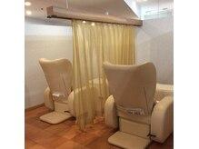 ラフィネ イオン佐世保店の雰囲気(仕切りのカーテンを開ければ、ペアでの施術も受けられます♪)