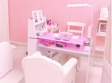 ネイルブース:ピンクの可愛い空間で気分も上がります☆
