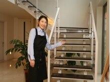 こちらの階段からお上がり下さい♪