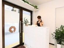 リニュ 桜店(Lune)の雰囲気(白いカウンターでお出迎え)