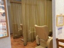ラフィネ イオンモールナゴヤドーム前店の雰囲気(仕切りのカーテンを開ければ、ペアでの施術も受けられます♪)