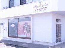 ハッピービューティーサロン じゆう(Happy Beauty Salon J∞YOU)の雰囲気(窓に可愛い女の子がいる白い建物です!)
