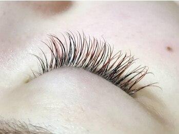 ロータスアイラッシュ(LOTUS eyelash)の写真/自然な感じでなじみ、付けてる感がない!大人気ブラウン フラットラッシュ★眉カラー&眉ワックスも導入!