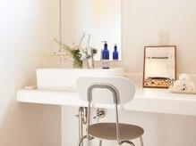 セラピス(THERAPIS)の雰囲気(オフホワイトで統一した清潔で品のあるパウダールーム♪)