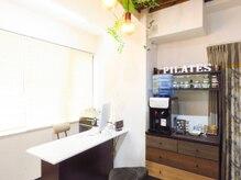 ピラティスグリーン 池袋店(Pilates Green)/受付カウンター&ティースタンド