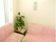 桜カイロプラクティックオフィス浜松の雰囲気(待合室は暖かく、心地良い音楽が流れて快適に(更衣室も完備))