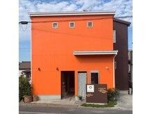 エバ(eva)の雰囲気(オレンジ色の一軒家サロンです!無料駐車場3台完備!)
