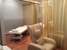 ラフィネ イオン那覇ショッピングセンター店の雰囲気(仕切りのカーテンを開ければ、ペアでの施術も受けられます♪)
