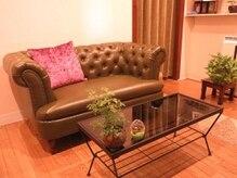 フーレアンドビューティー ボヌール(Bonhevr)の雰囲気(心地がよいソファーにて、くつろげる空間です)