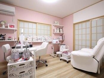 ネイルサロン アウリィ(AULII)の写真/初めての方も試しやすいように良心的な値段設定◎店内はピンクと白を基調としたゆったりくつろげる空間★