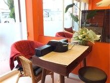 ほっと落ち着くオレンジと茶色が基調の店内。