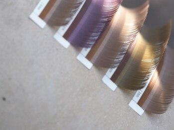 デザインK 盛岡南店の写真/絶妙なカラー配色で作る旬のニュアンスカラー。光に当たってほんのり色づく、大人の抜け感まつげを提案