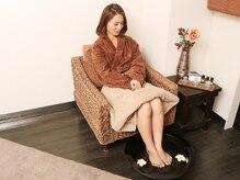 リラクゼーションサロン リフラスパ(Refla Spa)の雰囲気(施術前に足をお湯に浸からせ温めることにより自律神経を整えます)