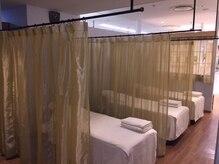ラフィネ 池袋マルイ店の雰囲気(仕切りのカーテンを開ければ、ペアでの施術も受けられます♪)