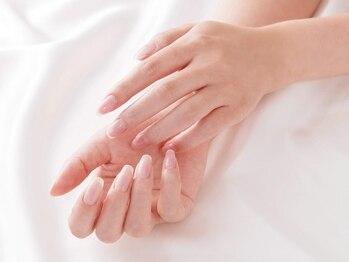 エフブルーム・コルアンティ(f'bloom Corrantil.)の写真/甘皮周りもふんわり柔らかく★しっかり保湿し、肌触りもよく◎思わず手をつなぎたくなる手元へと導きます!!