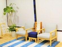 南円山肩こり整体院の雰囲気(白を基調とした緑いっぱいの明るい店内!)