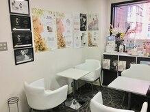 ラクモ(Rakumo)の雰囲気(ゆったり明るい待合室。施術後にはティータイムも。)