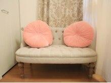 プライベートサロン ルミナスの雰囲気(白×ピンク基調の店内)