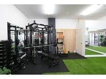 セブン パーソナルトレーニングジム(SEVEN)の雰囲気(過ごしやすい空間にさまざまな器具をそろえています!)