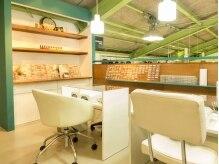 明るく清潔感溢れる店内には沢山のデザインが並んでいます。
