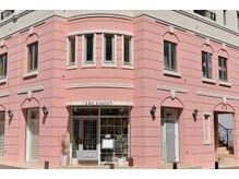 ピンクの建物が目印のトータルビューティーサロン