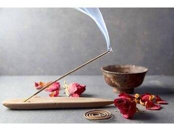 ほぐしタイ古式マッサージ リラオリエンタル/五感を整える、お香の香り。