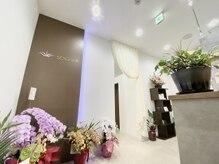 ソワニエ 浜松店(SOIGNER)の雰囲気(白い壁に落ち着いたシックなブラウンボードがお出迎え。)