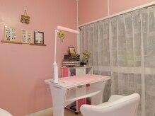 ピンクが基調の可愛らしい店内♪周りを気にせずお過ごし下さい。