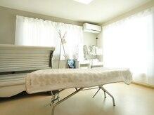 ペイ フォワード(PAY FORWARD)の雰囲気(施術部屋!白を基調とした室内。アロマの香りで癒されます。)