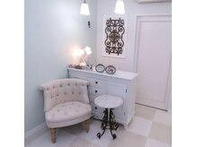 ネイルサロンコフレ(Coffret)の雰囲気(可愛い家具に囲まれた、明るい店内。)