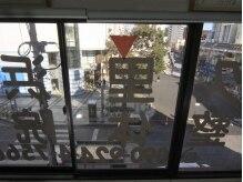 久里浜整体院/大きな窓からの陽光が明るい店内