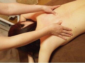 バストサロン メルベイユ(Merveile)の写真/筋膜をゆるめる背中マッサージ&乳腺刺激で、凝りをほぐし血流・栄養促進で嬉しいバストアップ効果にも!