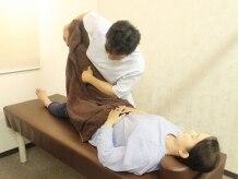 ささしま整骨院の雰囲気(身体の硬さやバランスを確認し、腰椎矯正や骨盤矯正に進みます。)