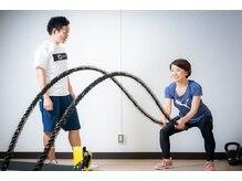 テンミニッツ(10min)の雰囲気(波を打つようにロープを振って有酸素運動やパワートレーニングも)