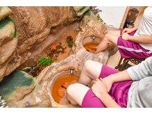 舒爽館 台湾式マッサージの雰囲気(優雅に泳ぐ金魚を眺めながら足湯が楽しめます♪)
