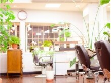 美容室併設。明るい店内でゆったりおくつろぎください♪