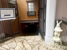 専用入口から地下へ。都会の隠れ家サロン。ラグジュアリーな空間