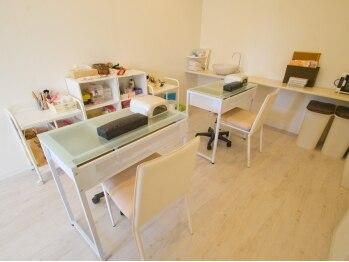 ビー(Nail&Eyelash Salon Bee)の写真/白を基調にしたナチュラルな空間♪お友達の家に来たようなアットホームなサロン☆