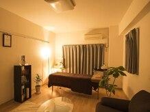 ほどよい落ち着いた照明と音楽と、広々とした完全個室スペース