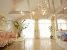 スリムアップの雰囲気(高い天井にシャンデリア、ロココ調のソファのロマンティック空間)