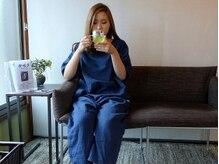 按暖手の雰囲気(施術後はお茶を飲みながらおくつろぎいただけます♪)